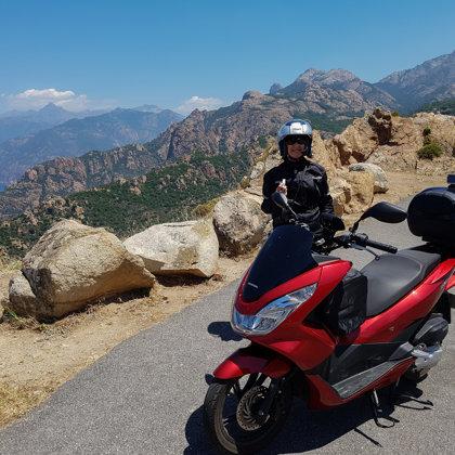 Netālu no Rozā klintīm Korsikas rietumos