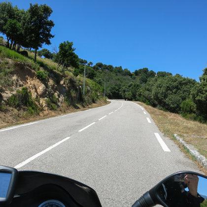 Korsikas vidienei raksturōga ceļu ainava