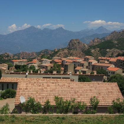 Mazās Korsikas pilsētiņas ar sarkano dakstiņu jumtiem