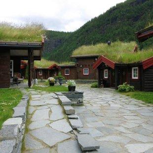 Norvēģijā, straujas upes krastā kempings makšķerniekiem