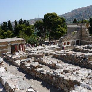 Knosas pils Krētā. Leģendas vēsta, ka pils labirintos esot dzīvojis Minotaurs.